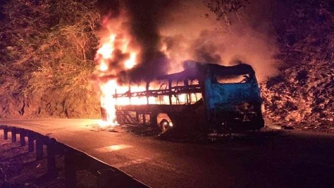 [Tin nhanh sáng 28-12-2020] 6 người thoát chết khi xe giường nằm bốc cháy ảnh 1