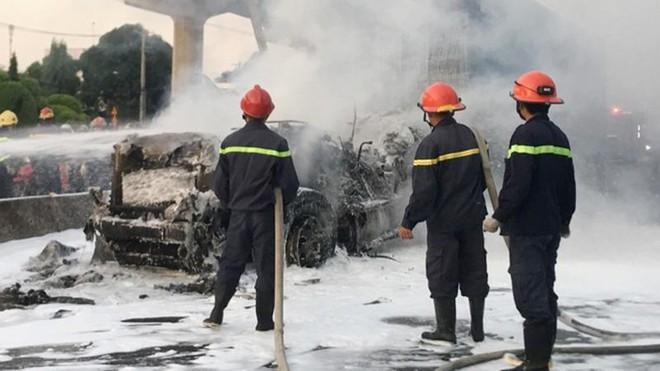 [Tin nhanh sáng 11-1-2021] Xe container bị thiêu rụi trên xa lộ Hà Nội ảnh 1