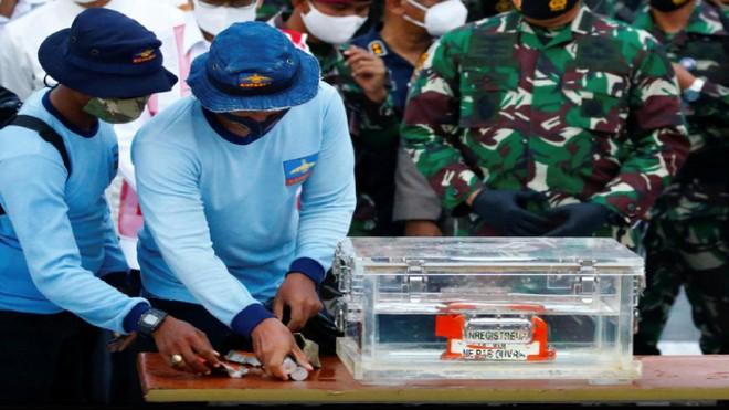 Hộp đen máy bay gặp nạn của Indonesia sẽ được xử lý như thế nào? ảnh 1