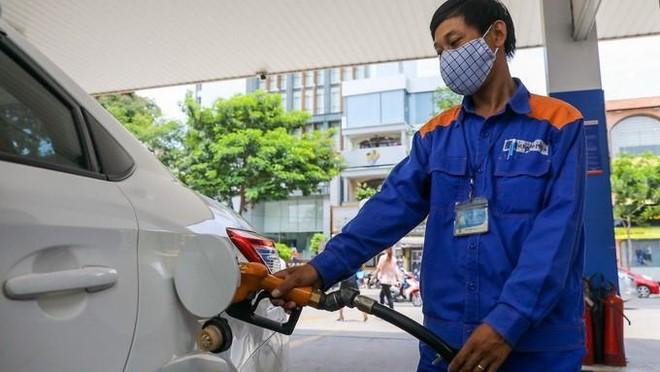 [Tin nhanh tối 25-1-2021] Ngày 26-1-2021 giá xăng có thể tăng lần thứ năm liên tiếp ảnh 1