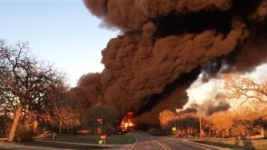 [VIDEO] Siêu tàu hỏa bốc cháy dữ dội sau cú va chạm với xe tải ảnh 1