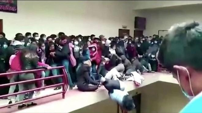 Bảy sinh viên tử vong khi ngã từ tầng 4 của trường đại học ảnh 2