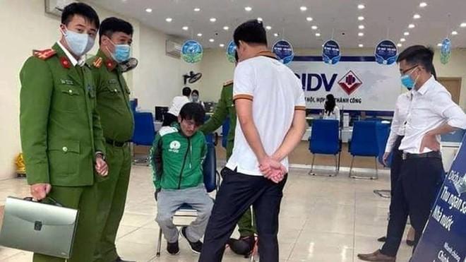 [Tin nhanh tối 15-3-2021] Bắt giữ tại chỗ đối tượng cướp ngân hàng ở Hà Nội ảnh 1