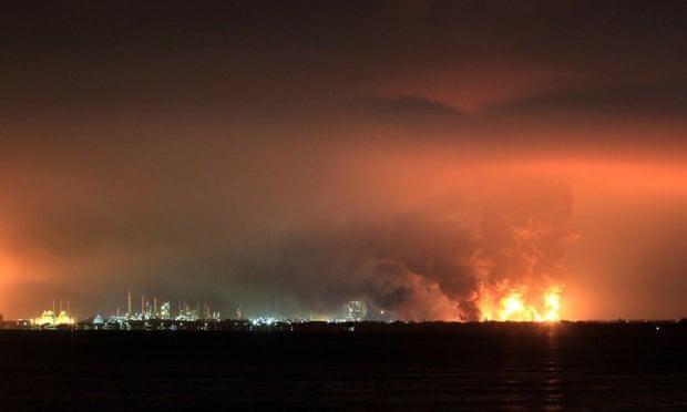 Cả ngàn người phải sơ tán khi nhà máy lọc dầu lớn nhất Indonesia bốc cháy ảnh 3