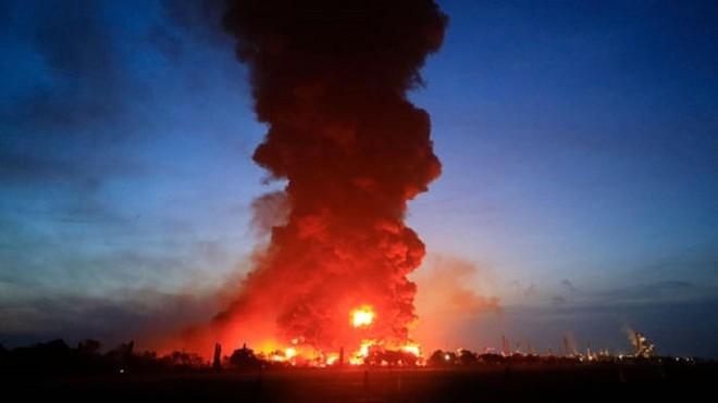Cả ngàn người phải sơ tán khi nhà máy lọc dầu lớn nhất Indonesia bốc cháy ảnh 1