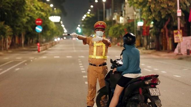[Tin nhanh sáng 26-7-2021] Người dân TP.HCM không được ra đường từ 18 giờ đến 6 giờ hôm sau ảnh 1