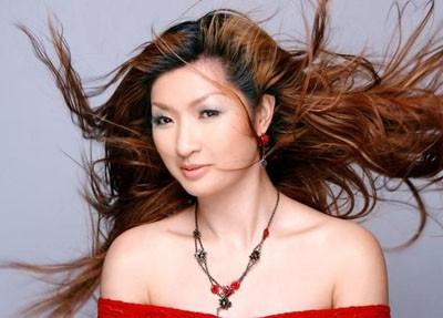 Ca sĩ Nguyễn Hồng Nhung: Mẹ bạc nửa mái đầu vì tôi ảnh 1