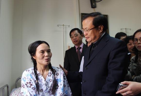 Bí thư Thành ủy Phạm Quang Nghị tới thăm bệnh nhân ghép thận ảnh 1