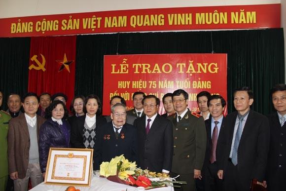 Trao Huy hiệu cao quý cho các Đảng viên lão thành ảnh 2