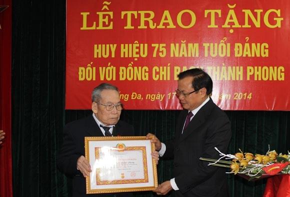 Trao Huy hiệu cao quý cho các Đảng viên lão thành ảnh 1
