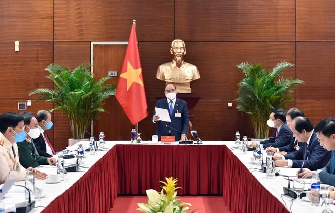 Thủ tướng họp khẩn về Covid-19 tại nơi tổ chức Đại hội Đảng XIII ảnh 1
