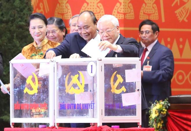 Các đại biểu bỏ phiếu bầu 200 Ủy viên Ban Chấp hành Trung ương khóa XIII ảnh 1