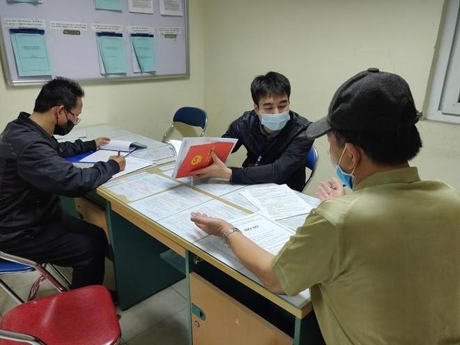 Người Hà Nội xếp hàng từ 4h sáng nộp hồ sơ xóa nợ sổ đỏ vì giá đất sắp tăng chóng mặt ảnh 1