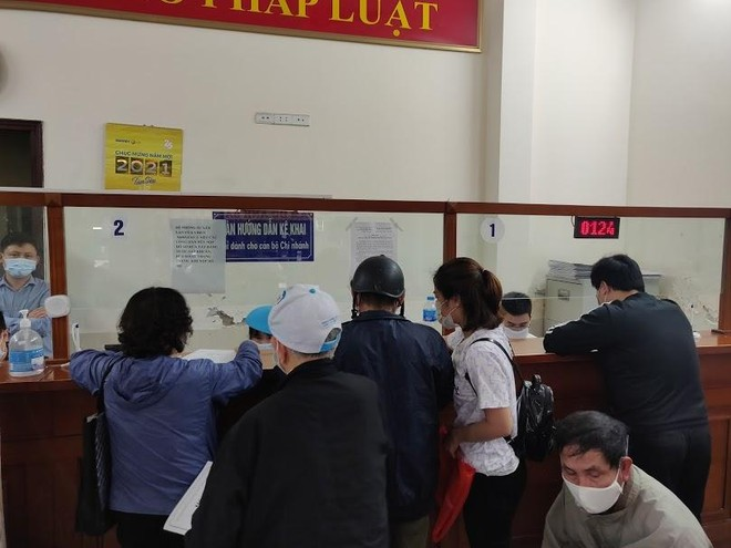Người Hà Nội xếp hàng từ 4h sáng nộp hồ sơ xóa nợ sổ đỏ vì giá đất sắp tăng chóng mặt ảnh 4