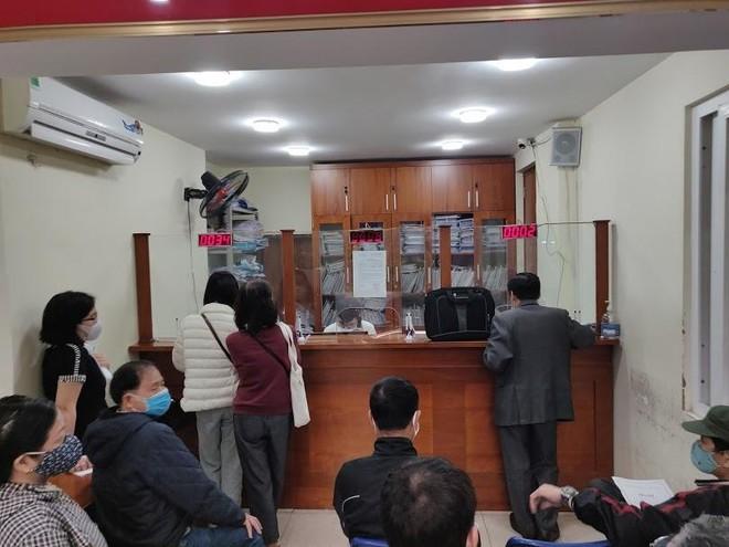 Người Hà Nội xếp hàng từ 4h sáng nộp hồ sơ xóa nợ sổ đỏ vì giá đất sắp tăng chóng mặt ảnh 2