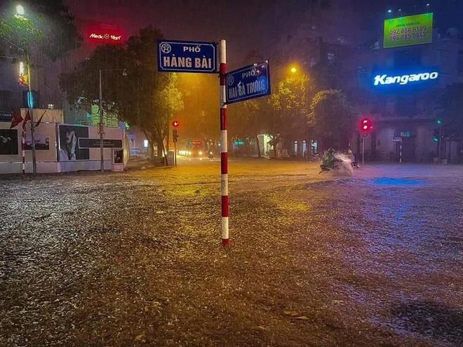 Mưa lớn kèm sấm sét diện rộng, nhiều tuyến phố Hà Nội ngập sâu ảnh 5
