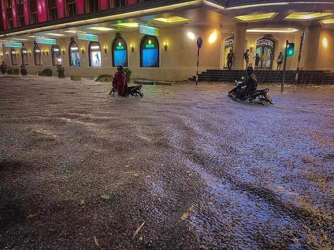 Mưa lớn kèm sấm sét diện rộng, nhiều tuyến phố Hà Nội ngập sâu ảnh 2