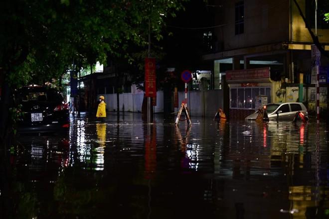 Mưa lớn kèm sấm sét diện rộng, nhiều tuyến phố Hà Nội ngập sâu ảnh 4