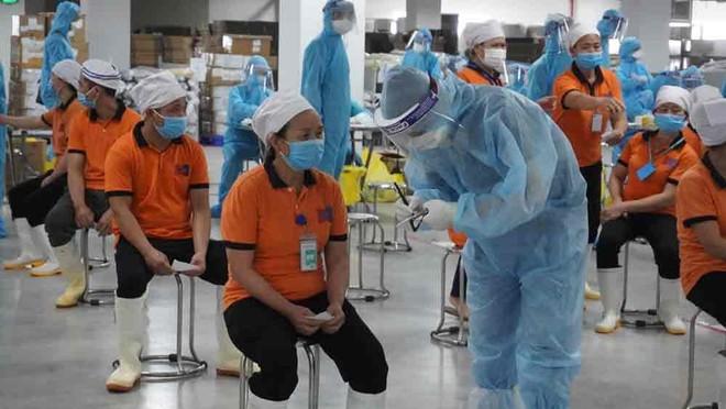 """Bắc Giang thêm 300 ca dương tính với SARS-CoV-2, """"đóng băng"""" tất cả khu nhà ở công nhân ảnh 1"""