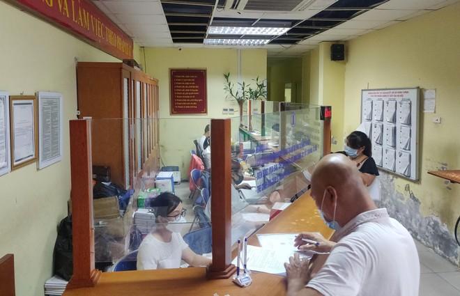 Thực hiện nghiêm giãn cách, phòng Covid-19 tại Văn phòng Đăng ký Đất đai Hà Nội ảnh 1