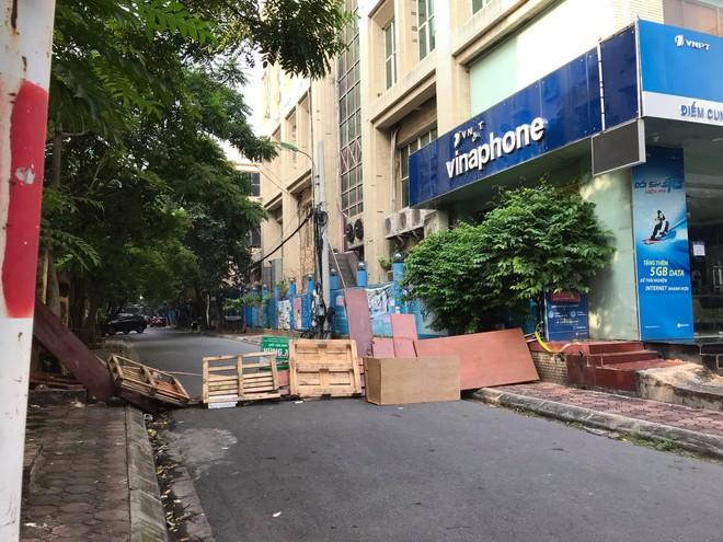 """Rào chắn chốt """"vùng xanh"""" ở Hà Nội: Nơi dỡ khẩn trương, nơi bảo phải """"duy trì"""" ảnh 1"""