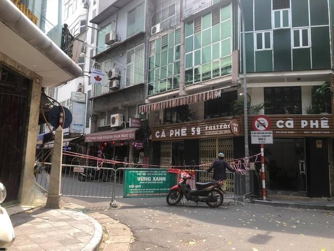 """Rào chắn chốt """"vùng xanh"""" ở Hà Nội: Nơi dỡ khẩn trương, nơi bảo phải """"duy trì"""" ảnh 5"""