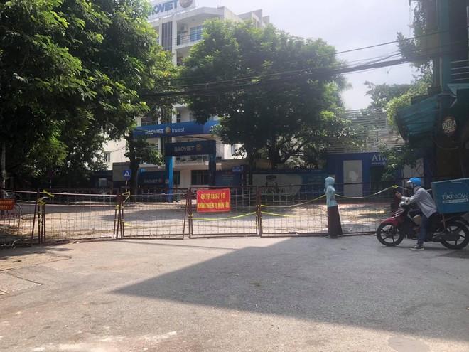 """Rào chắn chốt """"vùng xanh"""" ở Hà Nội: Nơi dỡ khẩn trương, nơi bảo phải """"duy trì"""" ảnh 2"""