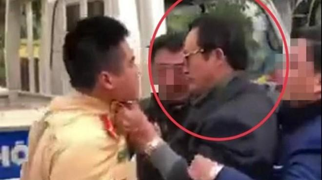 Luật sư nói gì về vụ Chi cục trưởng Dân số Tuyên Quang túm áo, tát CSGT? ảnh 1