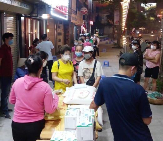 Chuyện cổ tích giữa Thủ đô Hà Nội: Một chủ quán ăn tặng hàng trăm suất quà cho người nghèo mùa dịch ảnh 1