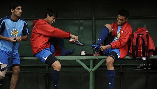 Shahdan Sulaiman (trái) và Khairul Nizam trong buổi tập tại sân Sumantri, Jakarta hôm 8-11