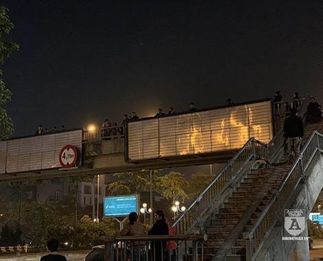 Các cổ động viên tập trung ở khu vực cầu thang bộ đoạn gần cầu Nhật Tân để đón đoàn. Ảnh: Nguyễn Quốc Dũng