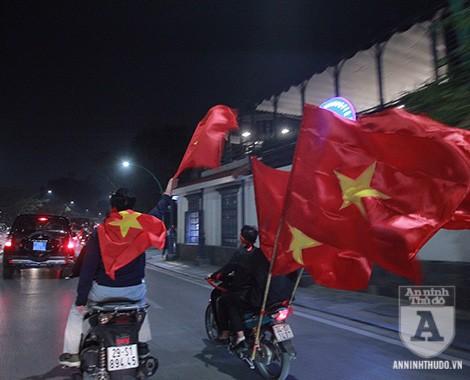 Hàng trăm người hâm mộ đi theo đoàn xe đưa các tuyển thủ về Hà Nội. Ảnh: Lam Thanh