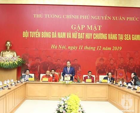 Thủ tướng Chính phủ Nguyễn Xuân Phúc chào mừng đoàn vận động viên bóng đá Việt Nam đã mang vinh quang về cho Tổ quốc. Ảnh: CTV