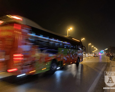 Đoàn xe chở các nhà vô địch SEA Games 30 của bóng đá Việt Nam đi qua đường Âu Cơ, quận Tây Hồ, Hà Nội. Ảnh: Nguyễn Quốc Dũng