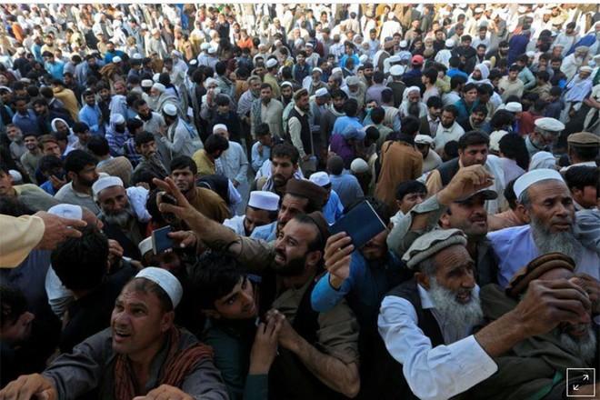 Giẫm đạp để được cấp thị thực, 11 người Afghanistan thiệt mạng ảnh 1