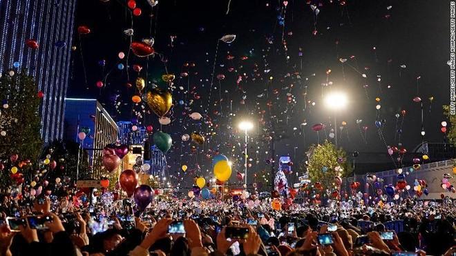 Người dân Vũ Hán đổ ra đường chào đón năm mới ảnh 1