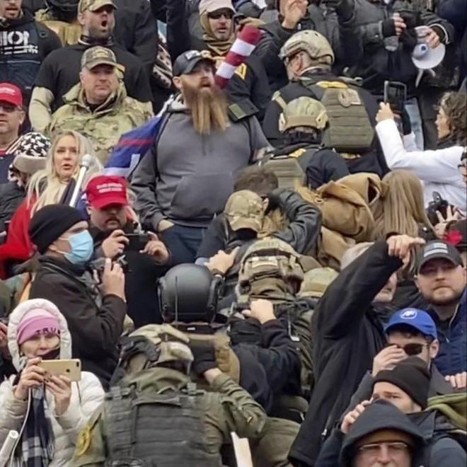 Những kẻ gây bạo loạn tại Quốc hội Mỹ có cả quân nhân và cảnh sát kỳ cựu ảnh 1