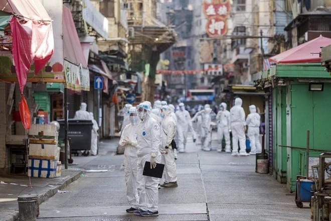 Khu đô thị lớn của Hồng Kông lần đầu tiên bị phong tỏa vì đại dịch ảnh 1