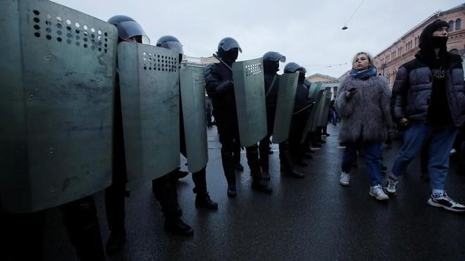 Cảnh sát xin lỗi nạn nhân bị đạp vào bụng trong biểu tình ở St. Petersburg ảnh 1