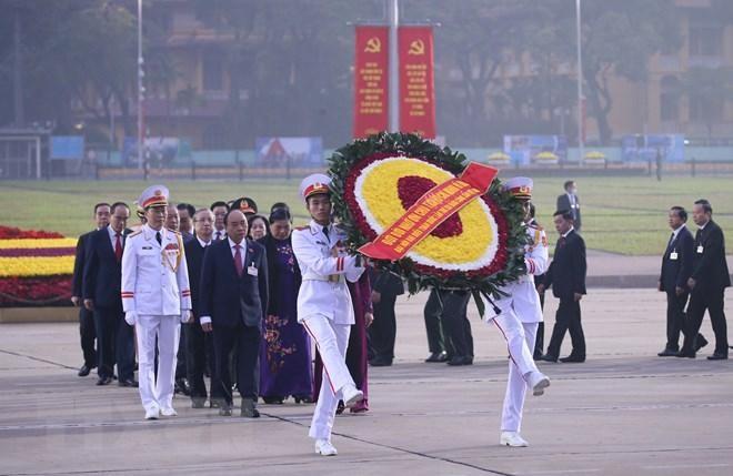 Các đại biểu dự Đại hội XIII đặt vòng hoa, viếng Chủ tịch Hồ Chí Minh