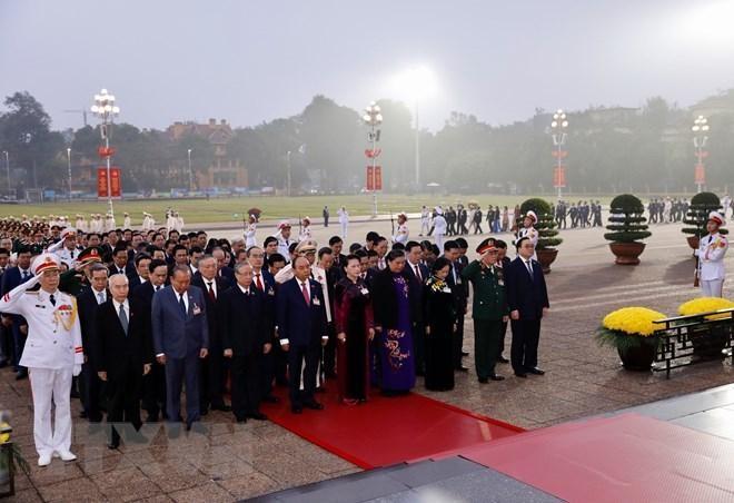 Các đại biểu dự Đại hội XIII đặt vòng hoa, viếng Chủ tịch Hồ Chí Minh ảnh 4