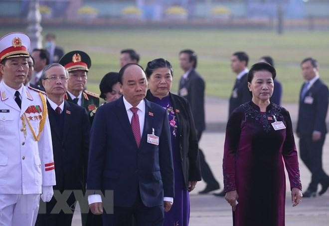 Các đại biểu dự Đại hội XIII đặt vòng hoa, viếng Chủ tịch Hồ Chí Minh ảnh 2