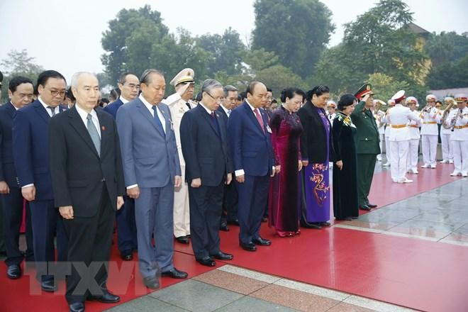 Các đại biểu dự Đại hội XIII đặt vòng hoa, viếng Chủ tịch Hồ Chí Minh ảnh 6