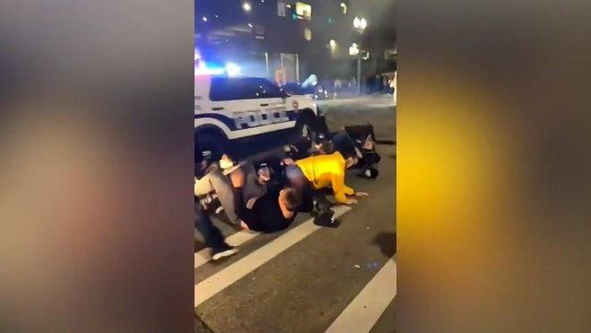 Hoảng hồn vụ xe cảnh sát lao qua đám đông gây rối ở Washington ảnh 1