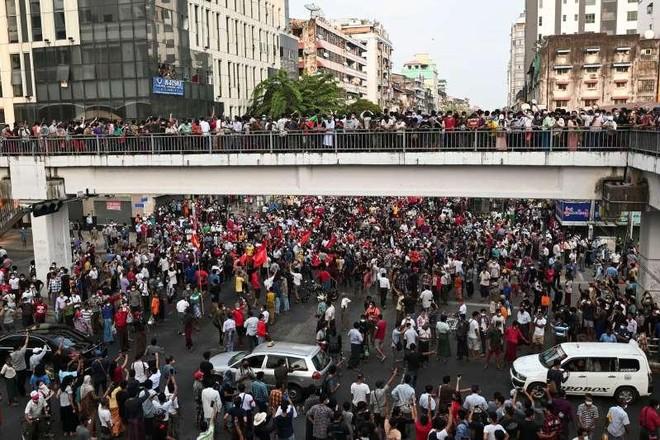 Cuộc biểu tình của hàng chục nghìn người Myanmar bước sang ngày thứ 2 ảnh 1