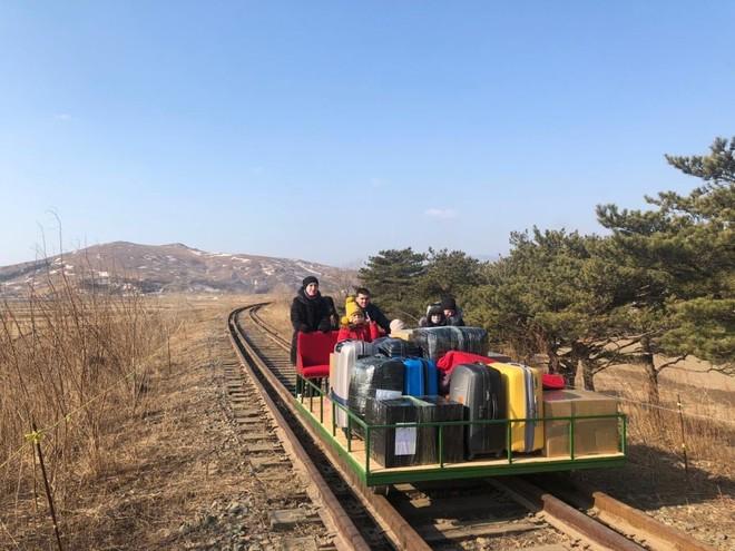 Nhóm nhà ngoại giao Nga đi xe đẩy đường sắt để rời khỏi Triều Tiên ảnh 1