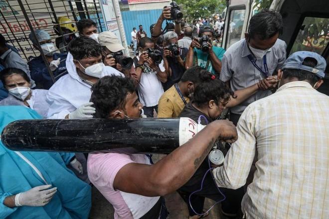 Cảnh sát vũ trang Ấn Độ được bố trí bảo vệ nguồn cung cấp bình ôxy ảnh 1