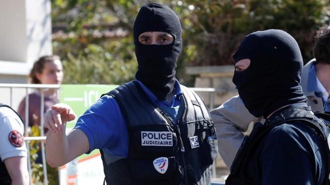 Nữ cảnh sát Pháp bị sát hại, nghi tấn công khủng bố ảnh 1