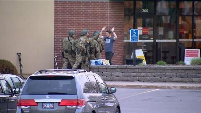 [Video] Cảnh sát Minnesota bắt kẻ cướp ngân hàng cố thủ 6 tiếng, cầm giữ 5 con tin ảnh 2
