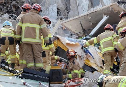 Hàn Quốc: Tòa nhà đang phá dỡ sập trúng xe buýt, 9 người thiệt mạng ảnh 2